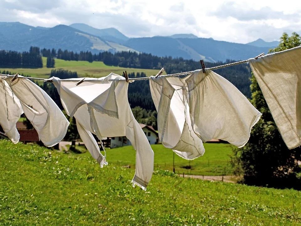 jak usunąć zapach stęchlizny z ubrań