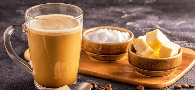 kawa z masłem i olejem kokosowym