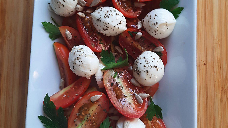 sałatka z pomidorami i mozarellą