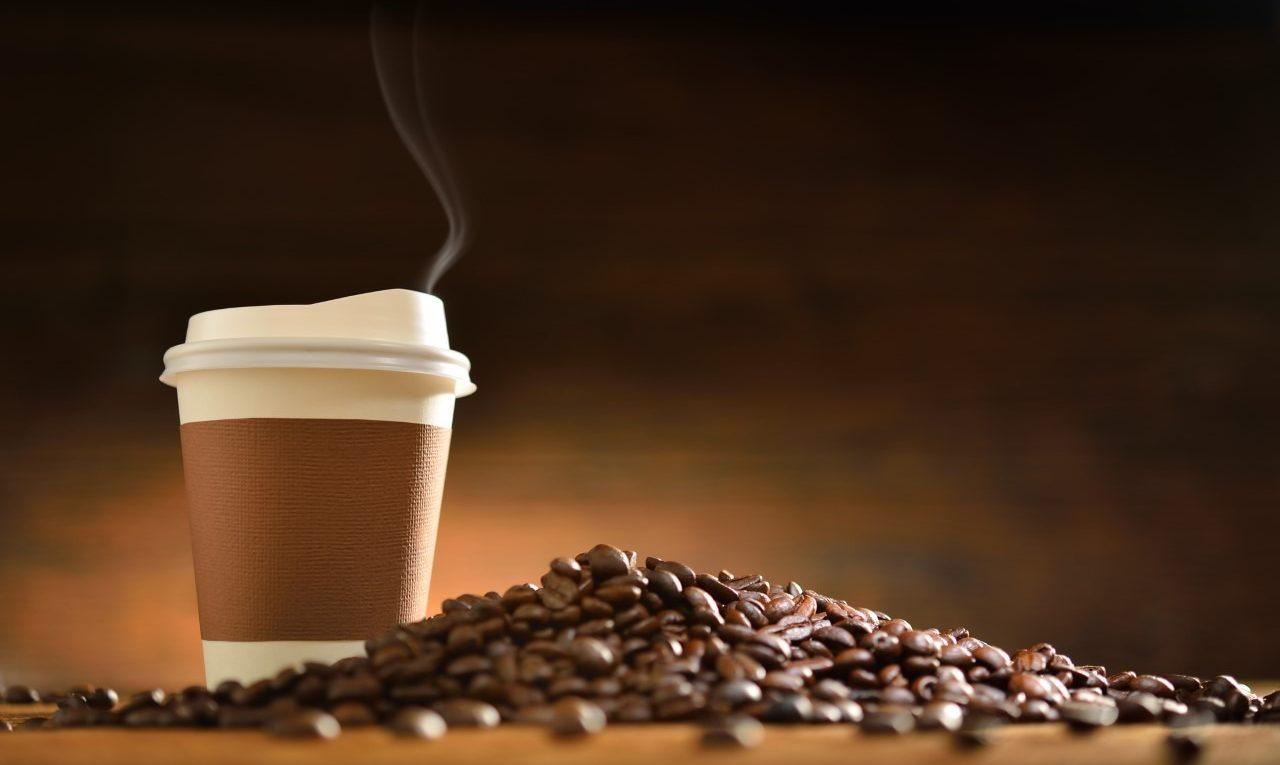 pijesz kawę w papierowym kubku