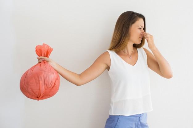 jak pozbyć się nieprzyjemnego zapachu z kosza na śmieci